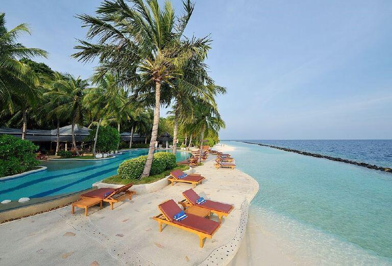 Ležadlá s výhľadom na more v rezorte Royal Island Resort & Spa