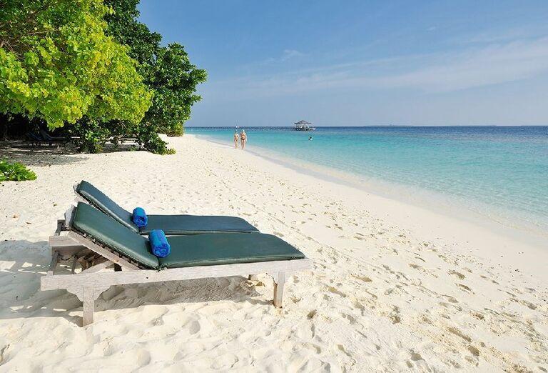 Ležadlá na pieskovej pláži rezortu Royal Island Resort & Spa