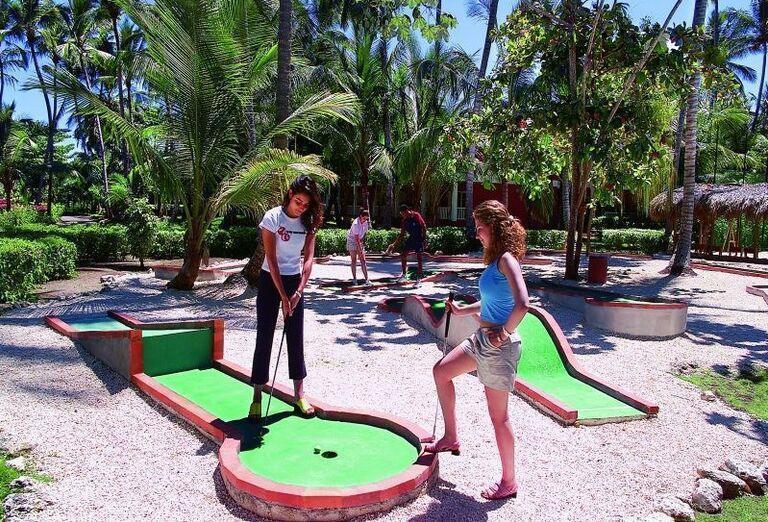 Dievčatá pri hraní minigolfu