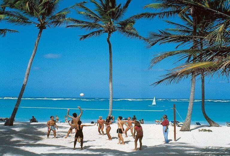Zábava pri volejbale na pieskovej pláži