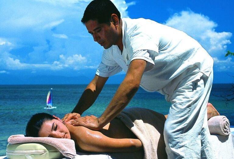 Žena na masáži u maséra