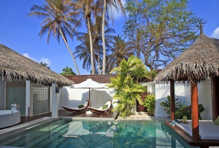 Ležadlá pri bazéne v rezorte Velassaru Maldives