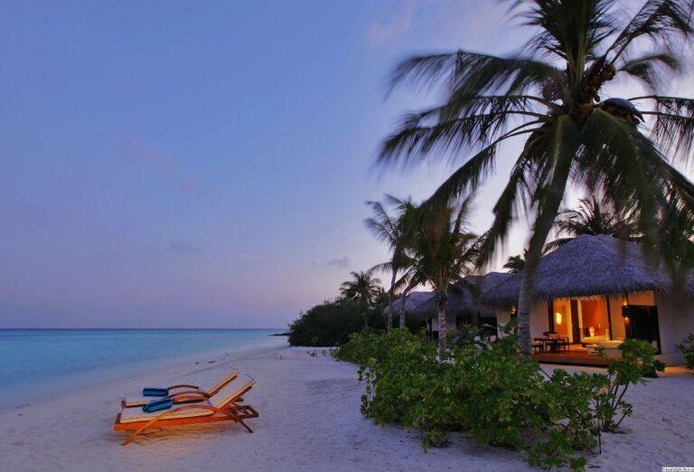 Pokojná piesková pláž pred rezortom Velassaru Maldives
