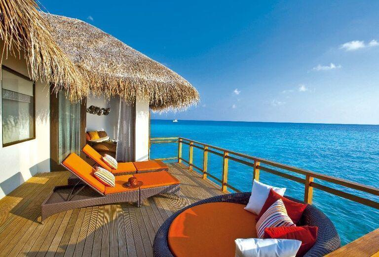Ubytovanie s terasou a výhľadom na more v rezorte Velassaru Maldives
