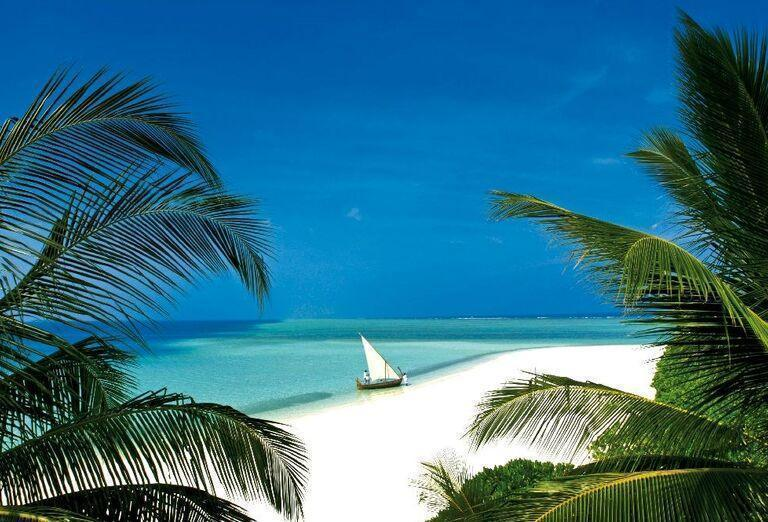 Piesková pláž s loďkou v rezorte Velassaru Maldives