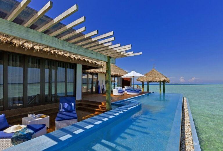 Bazén pri izbách a mori v rezorte Velassaru Maldives