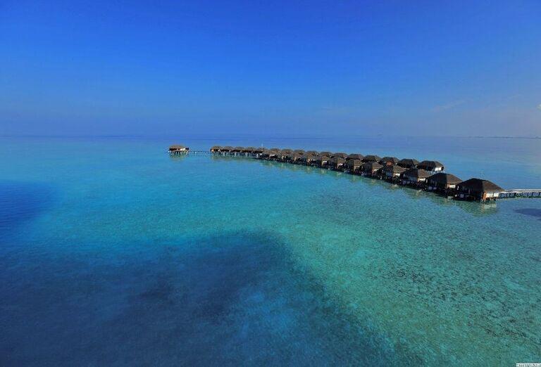 Pohľad na domčeky nad morom v rezorte Velassaru Maldives