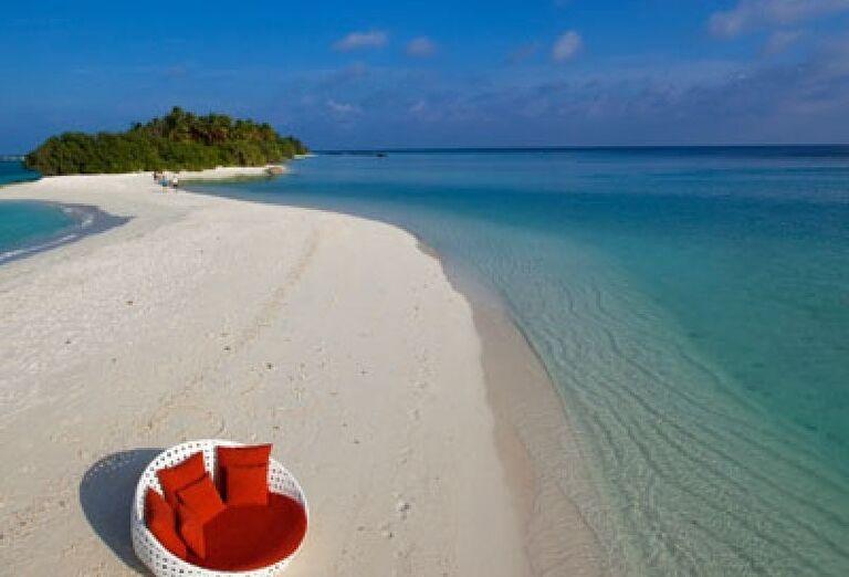 Posedenie priamo pri mori na pláži rezortu Kuramathi Island