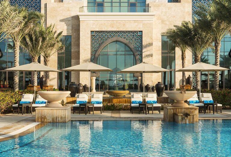 Hotel Ajman Saray - Lehátka s bazénom