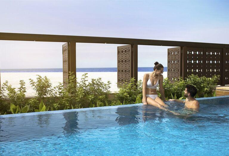 Pohľad od bazéna hotela Saadiyat Rotana Resort & Villas Abu Dhabi