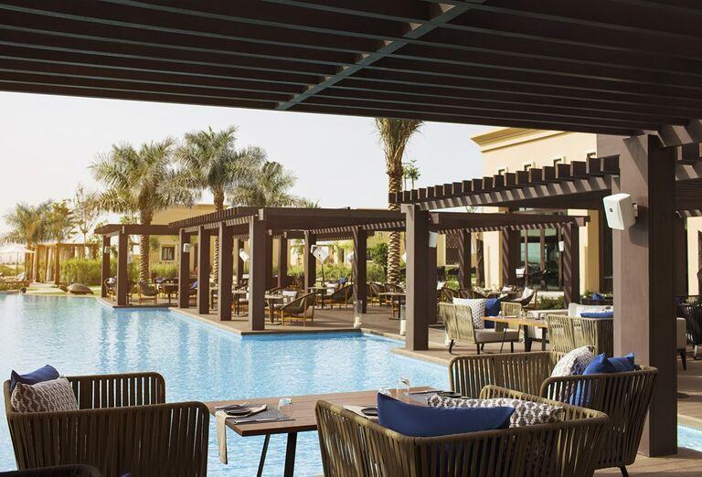 Pohľad od bazéna s terasou hotela Saadiyat Rotana Resort & Villas Abu Dhabi