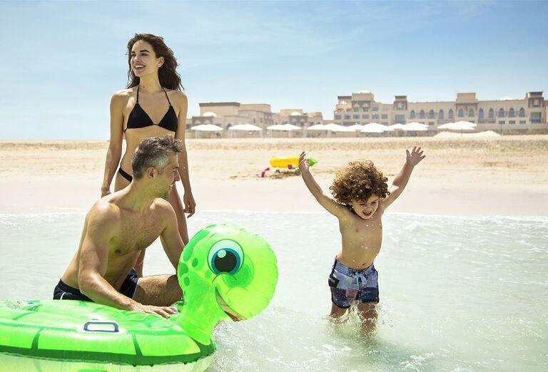 Rodina na pláži v hoteli Saadiyat Rotana Resort & Villas Abu Dhabi