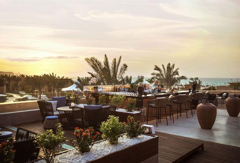 Posedenie v hoteli Saadiyat Rotana Resort & Villas Abu Dhabi