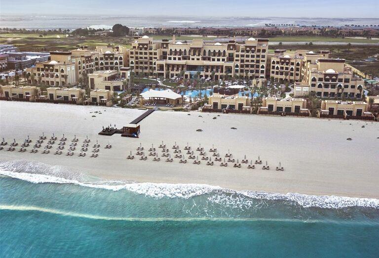 Pohlaď na pláž a hotel Saadiyat Rotana Resort & Villas Abu Dhabi