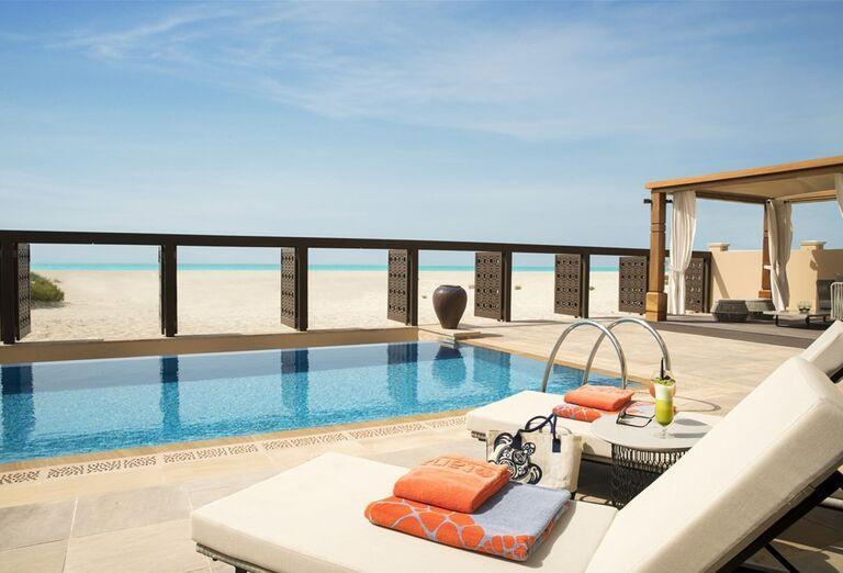 Terasa v hoteli Saadiyat Rotana Resort & Villas Abu Dhabi