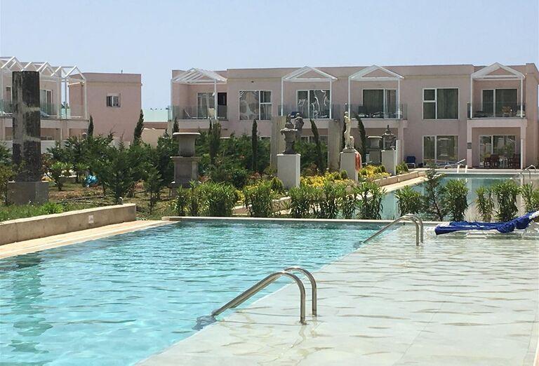 Výhľad na bazén v hoteli Kairaba Sandy Villas