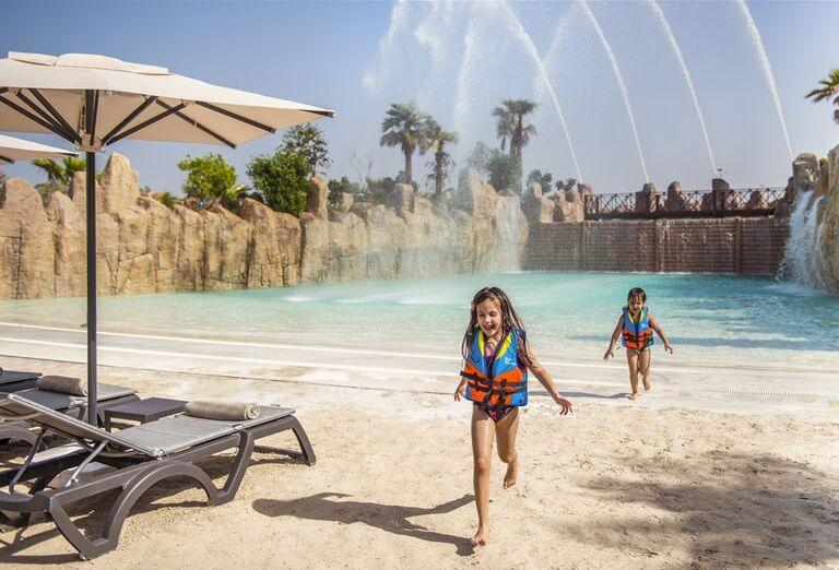 Deti na pláži Rixos Saadiyat Island Abu Dhabi