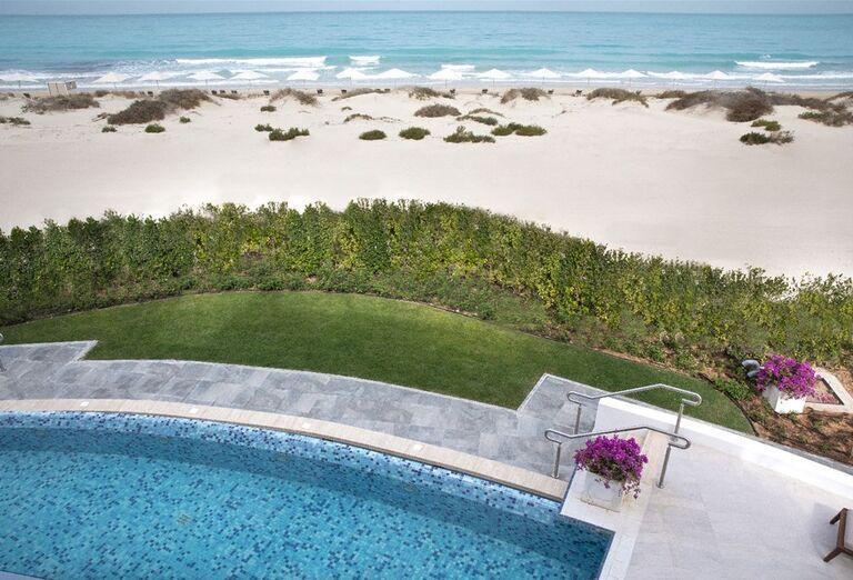 Bazén a pláž v hoteli