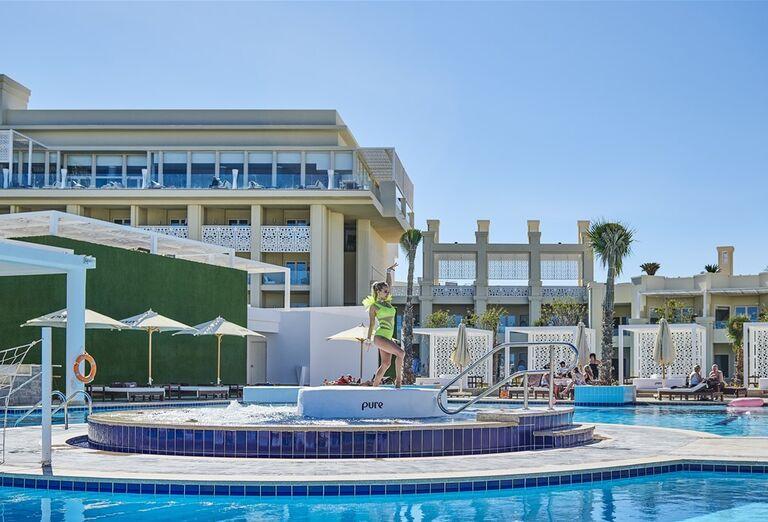 Hotel Steigenberger Pure Lifestyle - posedenie pri bazene