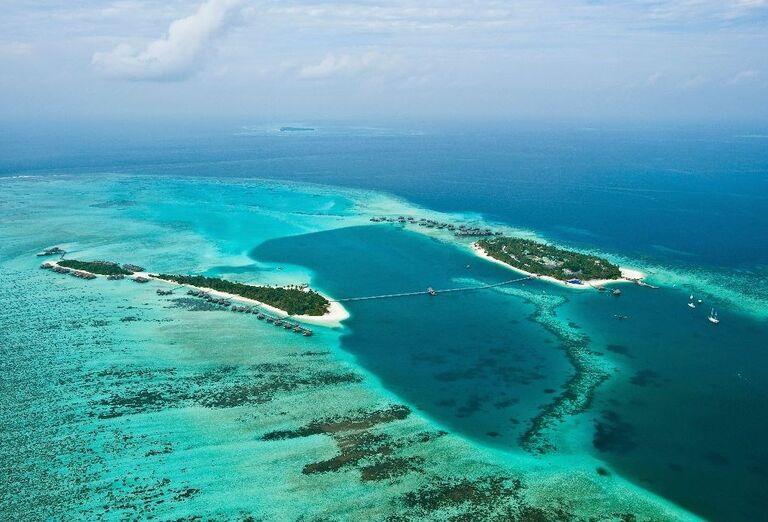 Pohľad z výšky na ostrov s hotelom Conrad Maldives Rangali Island