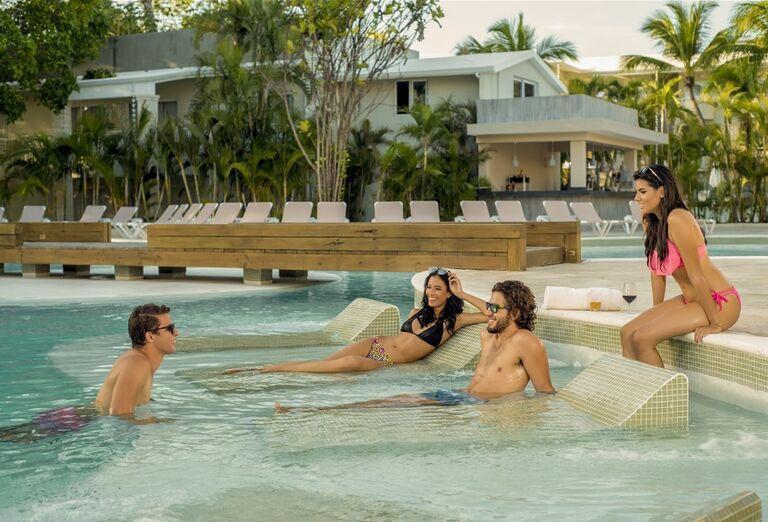 Hotel Emotions by Hodelpa -hostia a hotelový bazén