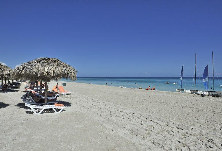 Hotel Sol Palmeras - pláž s lehátkami