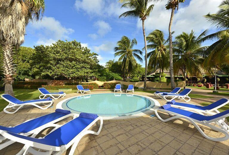 Hotel Iberostar Tainos - Lehátka pri bazéne