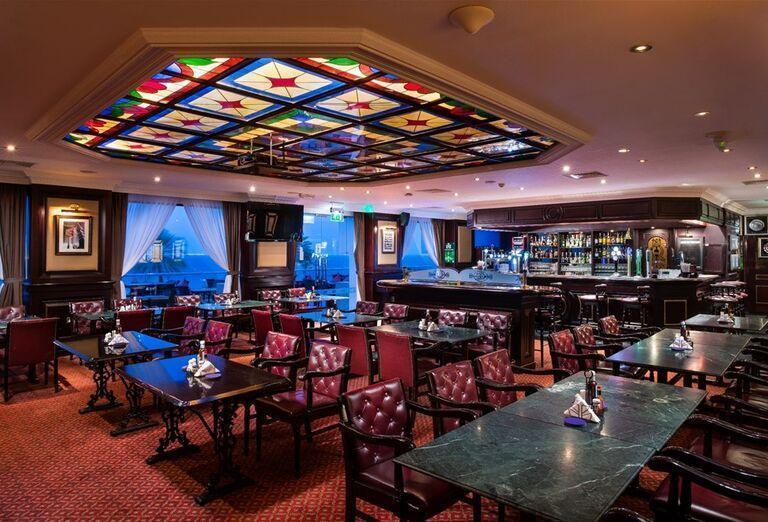 Hotel Crowne Plaza Muscat-  posedenie  pri bare