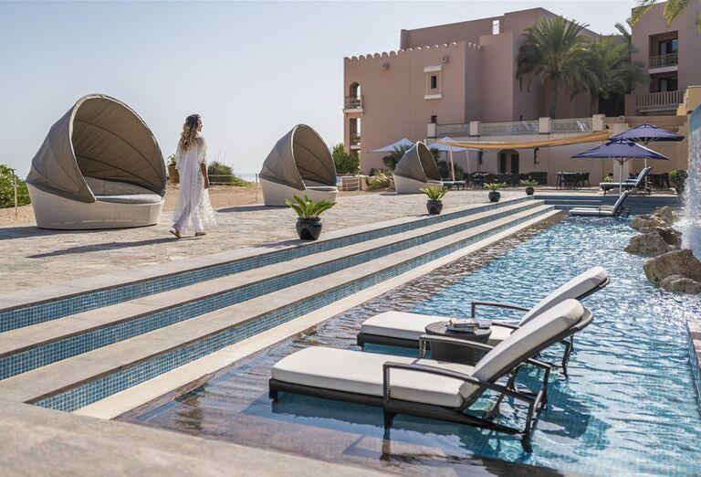Hotel Shangri-La Al Husn Resort & Spa -lehátka pri bazéne