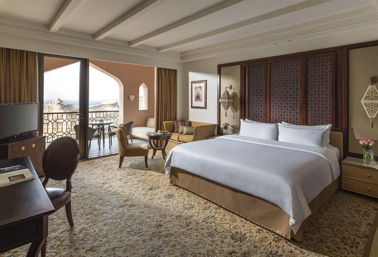 Oddych na lehátkach s výhľadom na more v hoteli Sheraton Jumeirah Beach Resort