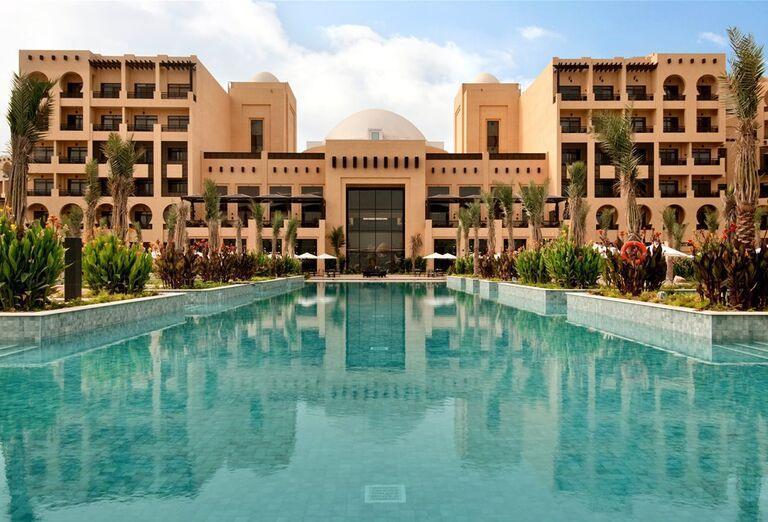 Pohľad na hotelový komplex s bazénom
