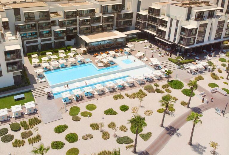 Bazén a pláž v pozadí hotela Nikki Beach Resort and Spa Dubai