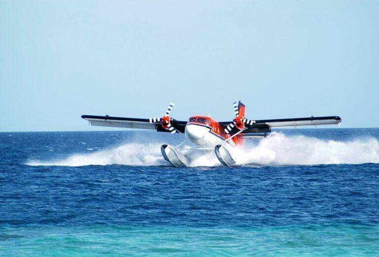 Hotelový Resort Adaaran Select Meedhupparu - lietadlo na vode