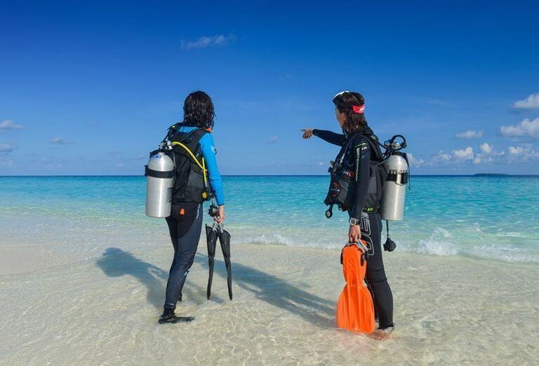 Hotelový Resort Adaaran Select Meedhupparu - potápači na pláži