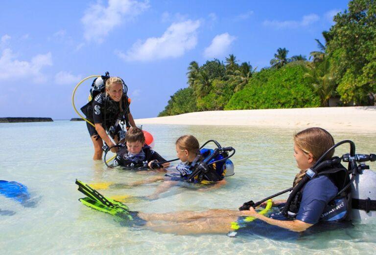 Hotelový Resort Angsana Ihuru - potápači na pláži