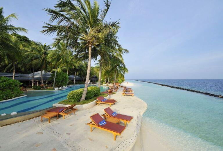 Hotelový Resort Royal Island Resort & Spa -lehátka pri bazéne