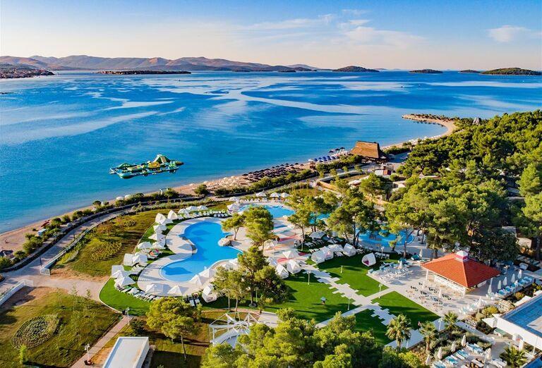 Bazény hotela Amadria Park Adrija so stromami