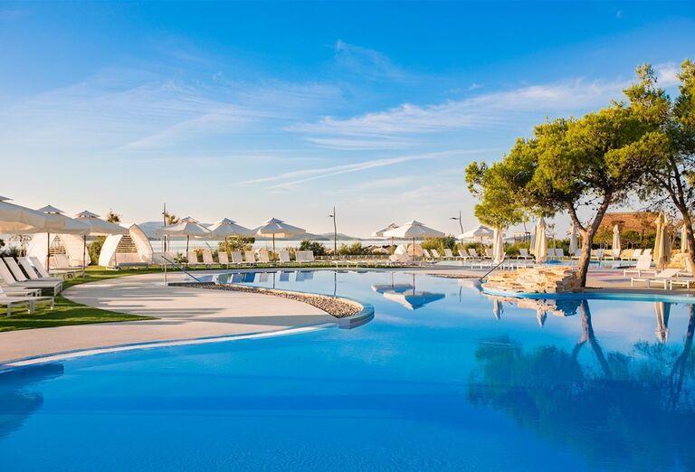 Bazén hotela Amadria Park Adrija so stromami