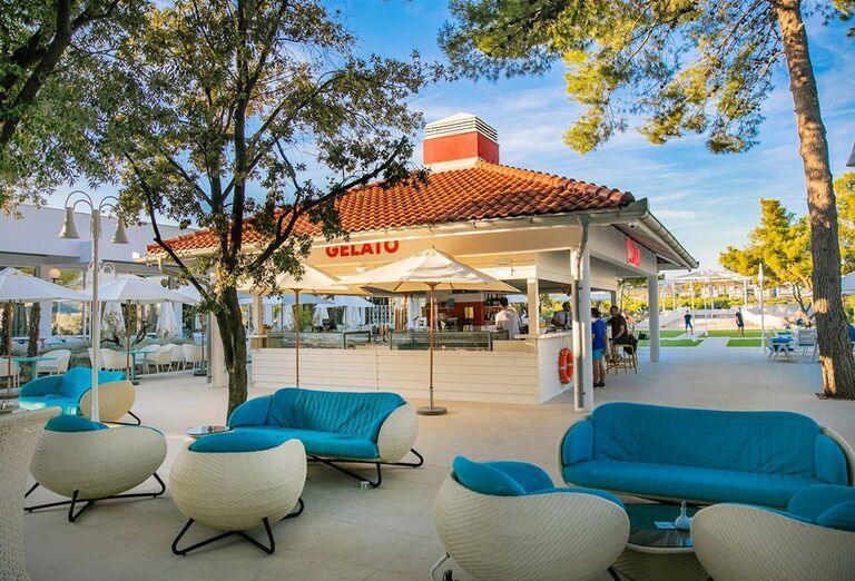 Posedenie hotela Amadria Park Adrija so stromami