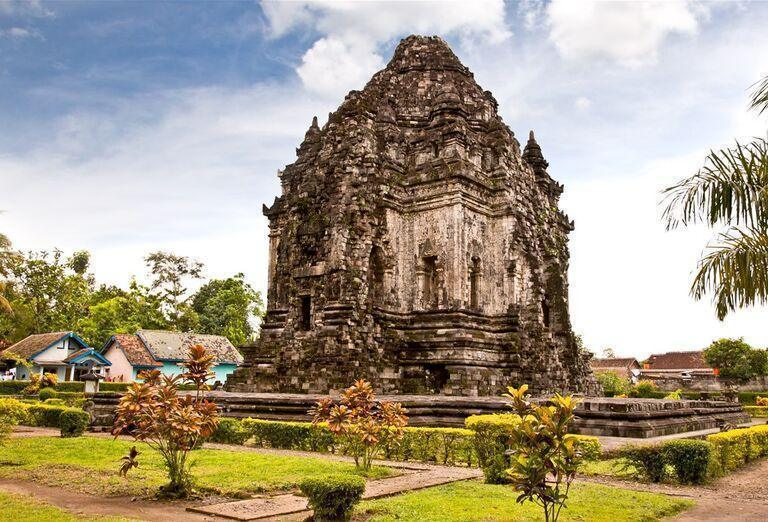 Indonézia - Tajomná Jáva a oddych na Bali - kamenná stavba