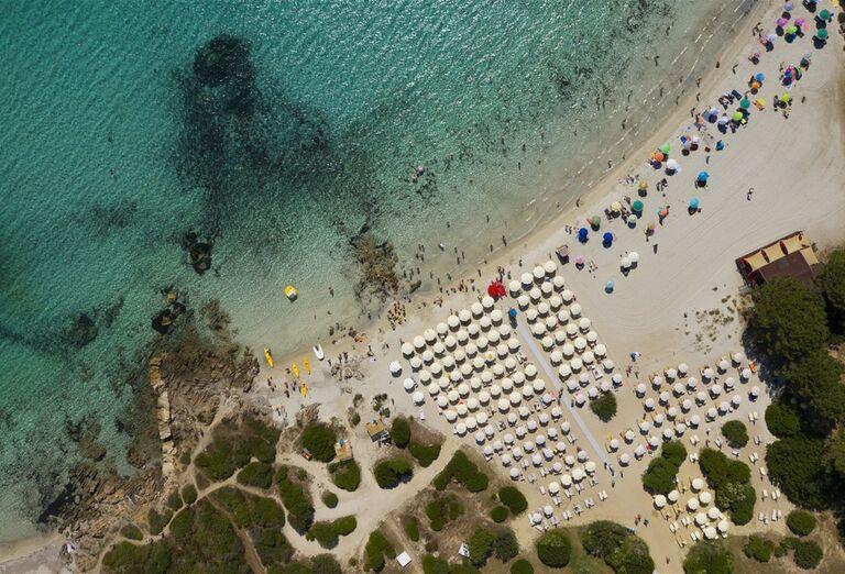 Pohľad z výšky na more a pláž pred hotelom VOI Colonna Beach