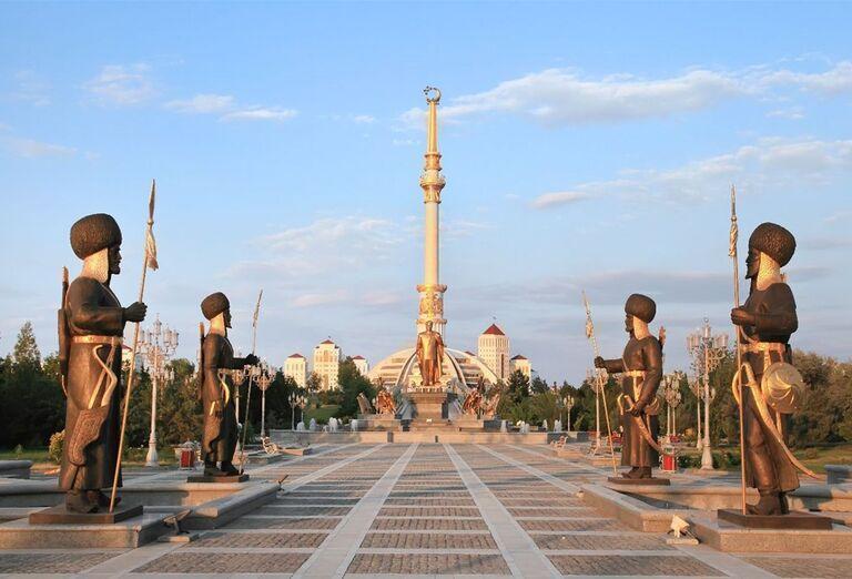 Uzbekistan & Turkménsko - klenoty Hodvábnej cesty -  Sochy pred monumentom nezávislosti v Ašgabate. Sochy pred monumentom nezávislosti v Ašgabate.
