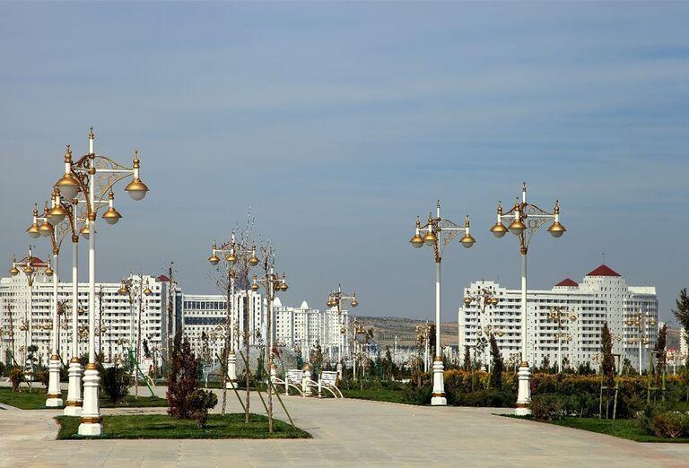 Uzbekistan & Turkménsko - klenoty Hodvábnej cesty - monument nezávislosti v Ašgabate.