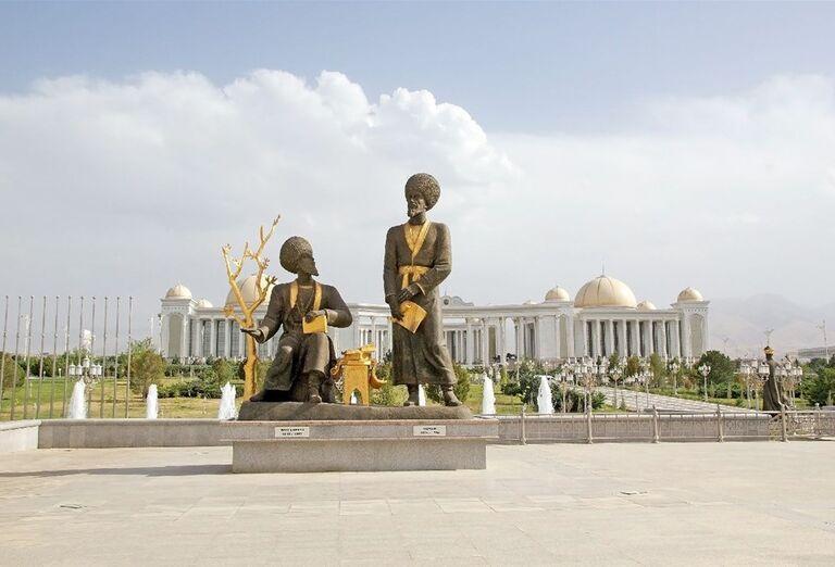 Uzbekistan & Turkménsko - klenoty Hodvábnej cesty -  Sochy pred monumentom nezávislosti v Ašgabate. Sochy pred monumentom nezávislosti v Ašgabate