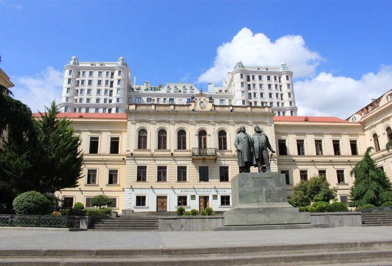 Gruzínsko & Arménsko - socha na namestí