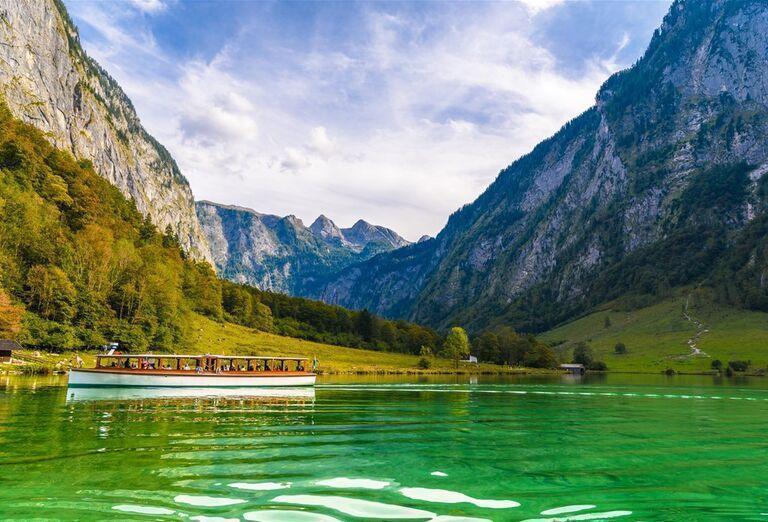 Vodopády a rokliny, poznávací zájazd Rakúsko - rieka s loďkou