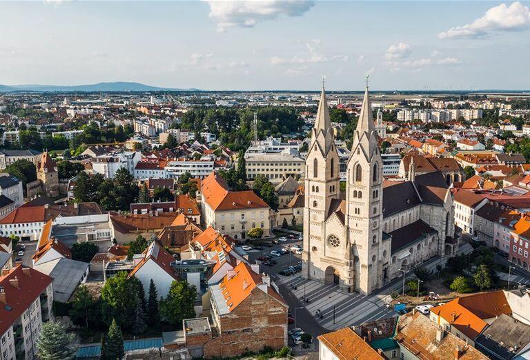 Na ceste krajom Viedenských Álp - kostol na námestí
