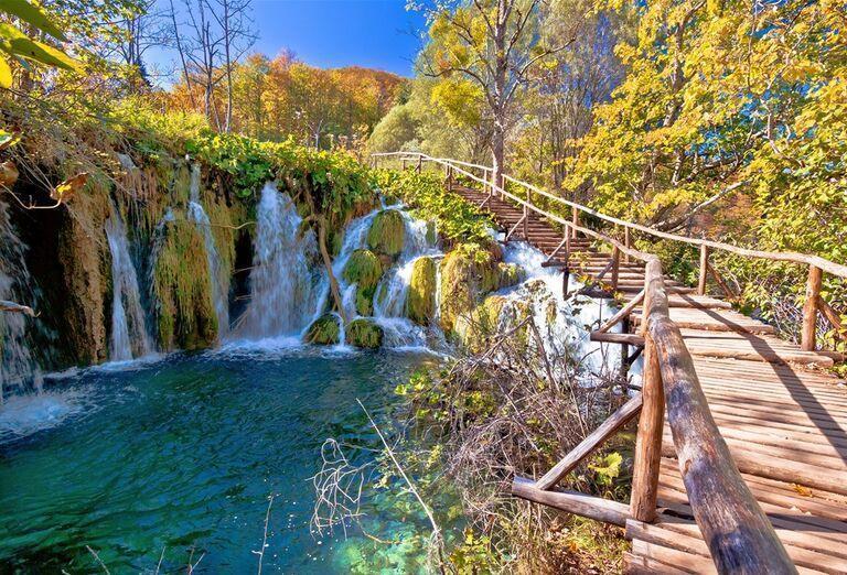 Víkend na Plitviciach - most pri vodopádoch