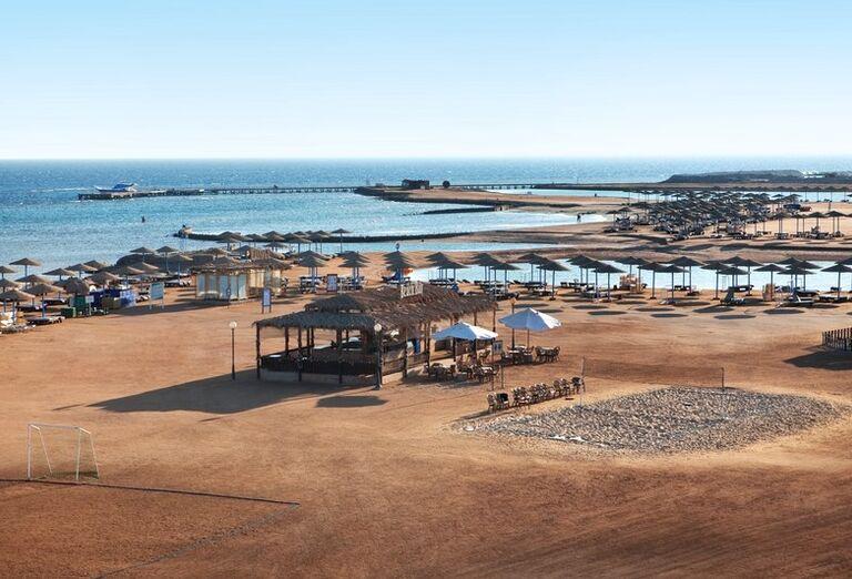Pláž so slnečníkmi a ležadlami v hoteli Hurghada Long Beach Resort