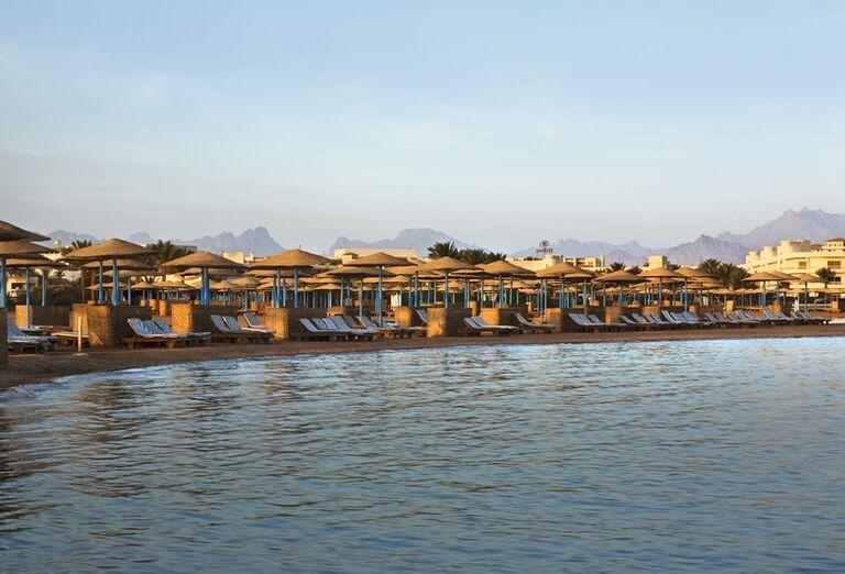 Krásna piesočnatá pláž pred hotelom Hilton Hurghada Long Beach Resort